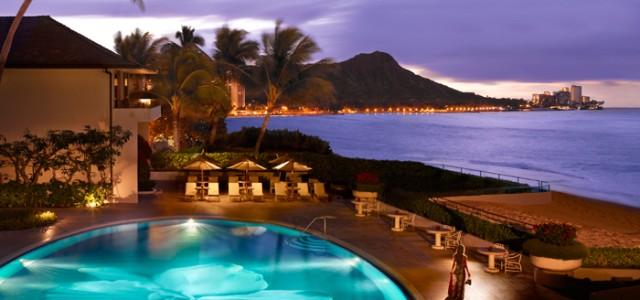 7時間のフライトなら、ゆったりと過ごせるデルタ航空のビジネスエリート・クラスで。優雅に過ごす3つのホテルからチョイスして贅沢なハワイへ…